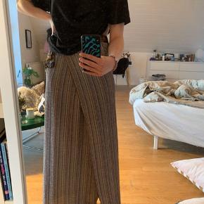 Super fin nederdel fra Becksöndergaard. Den kan også bindes op som en kjole, rigtig fin til sommer💙✨ BYD endelig