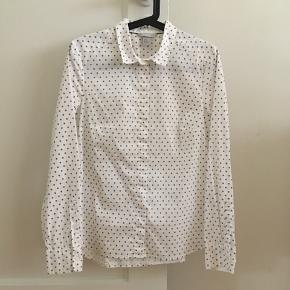 Enkel og fin skjorte. Brugt og vasket én gang. Fast pris.