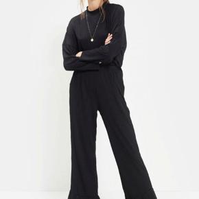Sort bluse i rib. Brugt få gange og fremstår derfor som ny. Matchende bukser sælges også - mængde rabat gives! Nypris: 350kr