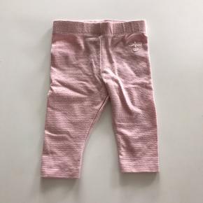 Fine lyserøde leggings med glimmer.  Vasket i parfumefrit vaskemiddel. Fra røg- og dyrefrit hjem.