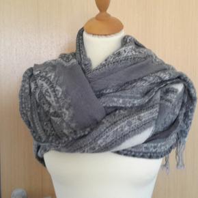 """FLOT stort med sjalsmønster i grå/hvide farver. Kan bruges med begge sider som """"forstykke"""" - nyt - tørklæde fra Linda Lykke.. 100% uld - rigtigt varmt - kan også fint bruges som sjal - det er virkeligt lækkert og nyprisen lå i 500 kr. prisklassen. BYD VENLIGST IKKE UNDER for det er sat billigt! ... for jeg betaler portoen :)"""
