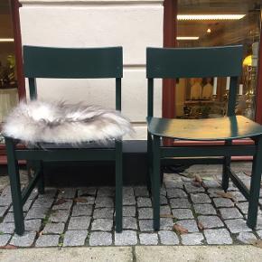 4 flotte spisebordsstole i mørk grøn højglans.  Bredde 49.cm  Dybde 47. Cm  Højde 44. Cm  Pris 450. Kr pr. Stk  Samlet pris 4 stole 1500.kr  Islandske skind 200. K pr stk