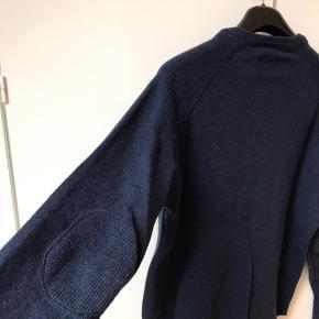 Samsøe strik 100% uld. Brugt få gange. Den er slimfit, derfor fitter den bedre en Large. Kan sendes eller afhentes i Aarhus