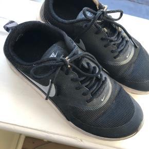På alle mine tøj og sko kører jeg mængderabat!  3 for 2, 6 for 4 eller 8 for 5. (De billigste gratis) 💥  Nike Air max Thea, str. 38. Brugt minimalt. Har ikke vasket dem, men en tur i vaskemaskinen ville sikkert gøre dem rigtig fine igen. Se sidste billede af sålen som viser det minimale slid.   Kan hentes på Amager ved min adresse, jeg sender også med DAO gennem appen her😊🌸