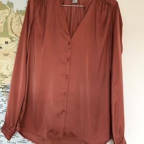 Lækker skjorte fra h&m i skøn skøn farve, med små fine detaljer. Normal i størrelsen.