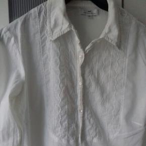Fin hvid klassisk skjorte med lidt flæser og knapper hele vejen
