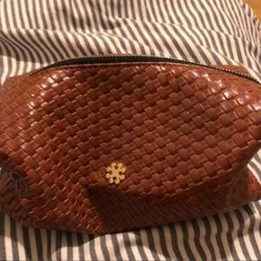 """Næsten ny makeup taske i rigtig fint """"stof(læder)"""" brugt en enkelt gang men er slet ikke beskidt! BYD"""