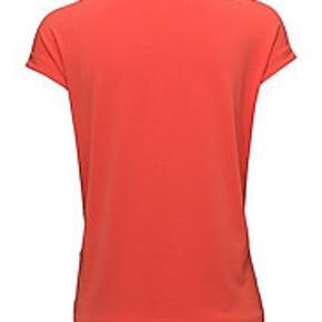 Ny Koralrød bluse, str. M. Stadig med Tags.  Nyris 1099,00.  Materiale: 96% polyester, 4% elastan  Fragt: kr. 37 sendt med DAO.