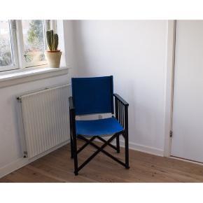 Stilet og enkel stol  - Farve: mørk kongeblå og sort  - Man sidder meget behageligt og ryglænet kan bevæge sig, så man kan læne sig tilbage - Stolen kan nemt klappes sammen (men det er på ingen måde en klapstol)   - Stolen er slet ikke slidt, men hvis man går tæt på og kigger efter det, så kan man se, at den har været i brug.  - Der er dog et stykke på ca. 3 cm ved stolebenet, som er blevet skrabet(se billede 2 obs. Billedet er taget meget tæt på), men det kan evt. males.
