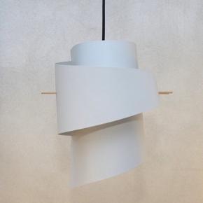 To flotte lamper/pendel fra Moijn. Sælges grundet flytning og skal afhentes på Frederiksberg. Nypris: 900,-/stk.  Sælges samlet for 1.000 kr.  Bytter ikke.