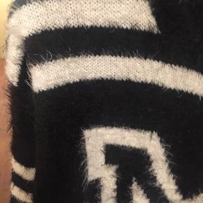 45 pr stk 3 stk 100kr Forskellige trøjer - strik og andet.  2 stk trøjer fra Monki 1 stk lyserød fra Jacqueline de Young  1 stk fin top fra Etui med perle kant ved hals og ærmer. Har været ret dyr - sælges billigt. Den er blevet for lille.