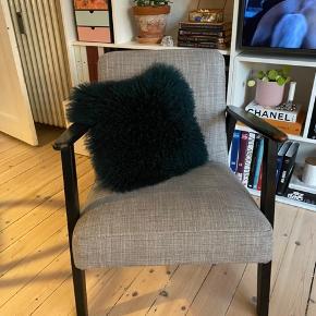 Ikea stol med gråt betræk. Stel malet sort, men er oprindeligt mørkt træ. Malingen er begyndt at skalle lidt på armlænene, se billeder.   Afhentes i valby. Sendes ikke.