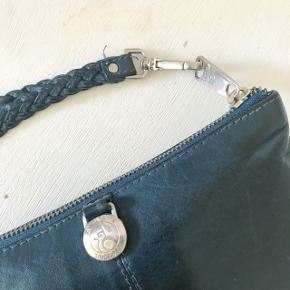 Mørkeblå stor læderpung/clutch fra Adax. Har fået lidt ridser med tiden men stadig super lækker. Rummelig med plads til masser af kort, mønter, sedler, boner og telefon. Spørg for flere billeder.