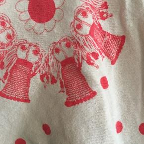 Beige kjole med finurligt mønster. Den har ingen skader men vasket en del gange.