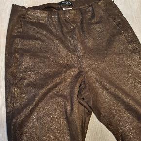 Leggings i Brun med metallic slangeskinds mønster. Str. 40.  Utrolig bløde.