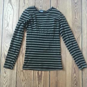 Mads Nørgaard bluse. One size. Med stræk i stoffet, så vil sige at den passer en s og en m. Grøn og sortstribet. Brugt 2 gange. Som ny.