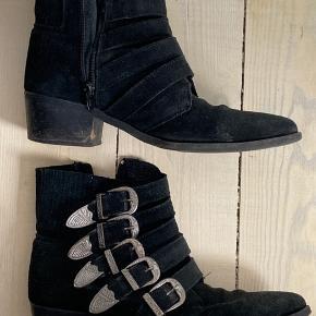 Støvler med spænder, de er brugt en del derfor skal der laves ny sål på hælen.