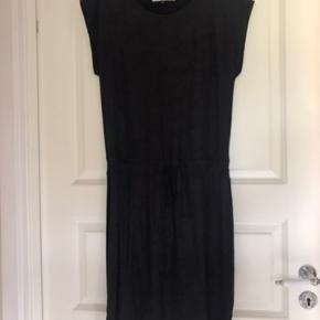 Super fed kjole, i stof der minder lidt om ruskind. Brugt få gange, og fremstår derfor pæn og velholdt 😊 passer str 38-40. Jeg er str 40 og passer den fint