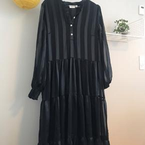 Saint Tropez kjole str. M Aldrig brugt!  Købspris: 299kr   Køber betaler fragt📦 Sender med PostNord📬 Tager ikke vare retur💌 Bytter evt. ved gensidig interesse☝🏼 Mængderabat gives🌸 Betaling via Mobilepay📲  Instagram: @kamilleskauge
