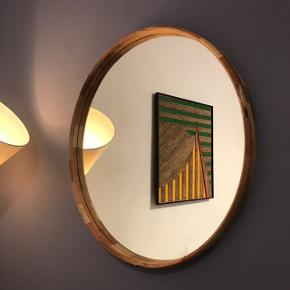 Rundt spejl med massiv valnøddetræ kant. Diameter: 70cm
