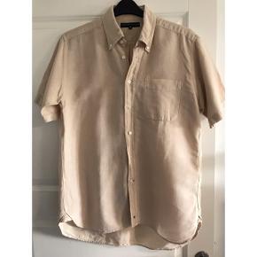 Hør-skjorte. 60% hør og 40% bomuld. Brystvidde:58 cm. X 2. Længde:75 cm.