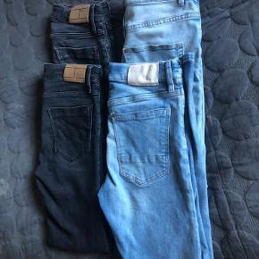 2 par sorte jeans fra Tommy Hilfiger (1 par er aldrig brugt) 2 par blå jeans fra H&M, 1 par med hul på knæet (købt med det😊) Mp. for alle 4 par 350 Senes på købers regning.