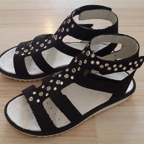 Miamaja(skoringen)sandaler. Købt for små. Kvittering haves. Nypris 500 kr. Gået med på fliser i 10 min.