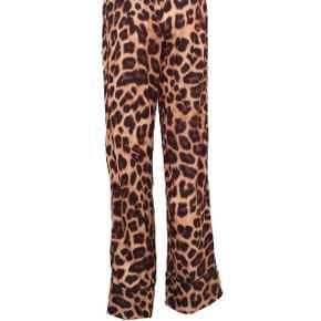 Sælger super fede neo noir leopard bukser i str s. Kun brugt 2-3 gange, og i rigtig god stand. Er åben for bud, skal af med dem. Np: 400 Vil gerne sælge for 200 deromkring