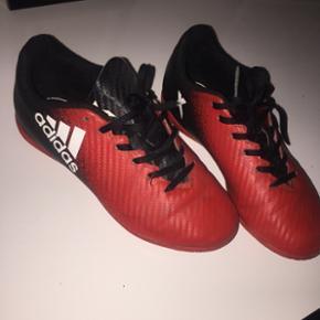 Fodbold sko, kan både bruges til spille fodbold       og som hverdag :-) 150 kr ellers byd modtages gerne :-) denne er en str.33 har oz en 34 str.