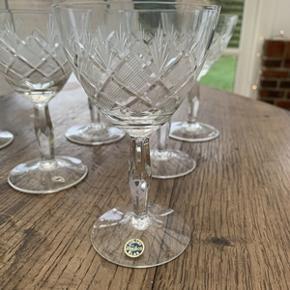 8 stk rødvins glas Mrk; Wien Antik fra Lyngby glas. Højde 13 cm. Alle glas er i perfekt stand og uden skår. Samlet pris 550,-kr