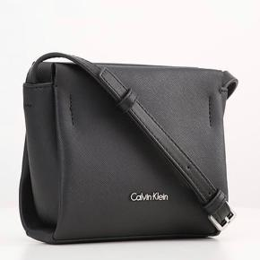 """Calvin klein taske sælges da den ikke bliver brugt længere. Tasken fejler ikke noget og er i god stand. Logoet """"calvin klein"""" er dog begyndt MEGET LIDT at ændre farve, men ikke noget der har vild betydning 🙌🏼  Tager gerne imod seriøse bud 💰 skriv besked for mere info 📩"""