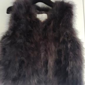 Pelsvest i ægte pels fra Furst Denmark, med smukt silkesatinfor. Vesten lukkes med hægter.  Str. M/L  Har en i creme farvet og en i gråblå.  Aldrig brugt. - Nypris 2.000.  Kan sendes med sporbar GLS pakke til kr. 39. Har MobilePay.  Pris pr. stk