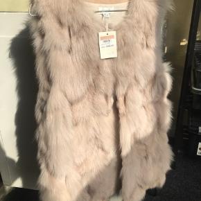 Mega smuk pelsvest fra BUCH Copenhagen 🤩   Aldrig brugt, da jeg har andre pelse, som er mere mig.  Køber betaler porto eller afhenter i Hvidovre 💕