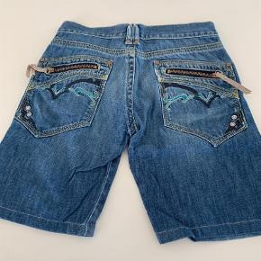 Varetype: Shorts Størrelse: 8 Farve: Blå Oprindelig købspris: 600 kr.  Super cool denim shorts med detaljer på baglommerne fra Diesel.
