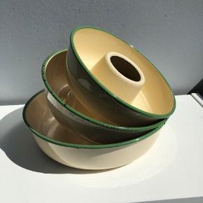 Emalje randforme med patina. Cremefarvet med grønne kanter. Retro.  Størrelse i diameter: 23,5cm, 21cm og 18,5cm.