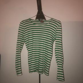"""Klassisk Mads Nørgaard trøje. Har et lille hul i """"kraven"""" på bagsiden, det er ikke noget man ligger mærke til One size. Nypris 255kr"""