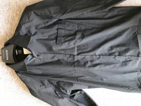Helt ny skjorte Str M.  Sælges da der skal ryddes op i skabet. 😊 BYD