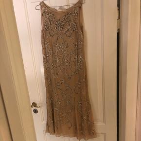 Den smukkeste kjole fra Needle & thread, aldrig brugt, alle perler er håndsyet, nypris 4000kr. Sælges da jeg ikke har brugt den. Fast pris.