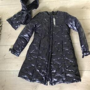 Varetype: jakke dunjakke vinterjakke frakke Farve: mørkelilla  BYTTER IKKE Og mindsteprisen er 350kr  der hører halsterklæde til.    bredde fra armhule til armhule:52 cm *2  fuld længde: 96 cm  ærme fra armhule:53cm
