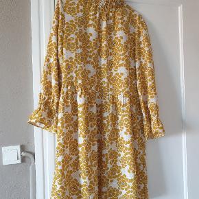 Denne fine kjole fortjener at blive brugt og det gør den desværre ikke af mig.