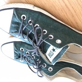 Virkelig fine Converse i pænt grønt  'krøllet' stof. De er brugt sparsomt og i pæn stand.