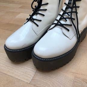 Sælger mine fede støvler i hvid lak med høj sål. De er brugt én gang - og sælger da de er for små, desværre.  Obs: der er kommet en rids i lakken, som kan ses på et af billederne.  Kom med et bud :-)