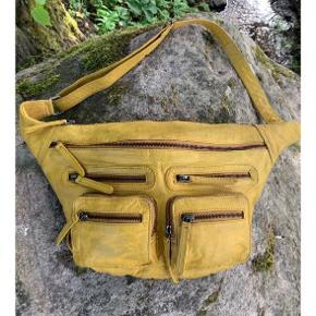Super lækker crossbody taske i farven Mustard. Modellen hedder Ly og er fra Redesign.  Kun brugt en gang.