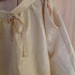 Skønneste og fineste knælange nederdel, med lommer, fra H og M conscious collection. Aldrig brugt, men har ligget i gemmerne en del år. Deraf prisen