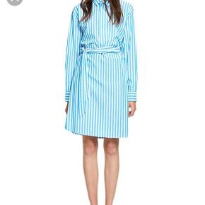 Varetype: Skjortekjole - slå om-NY! Størrelse: XS-M Farve: Blå/hvid Oprindelig købspris: 1200 kr.  S&S slå om skjorte kjole , kun prøvet på😀er str xs men pga slå om model kan den bruges op til str M☺️