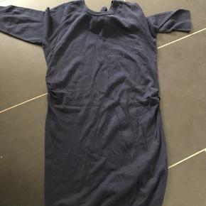 Fin navy vente kjole. Aldrig brugt men vasket en gang. Fra røg og dyrefrit hjem. Byd