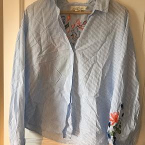 Ny skjorte med blomster - str. 40