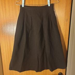 Smuk knælang nederdel fra H&M, sælges udelukkende, da jeg ikke kan passe den. Str. 34