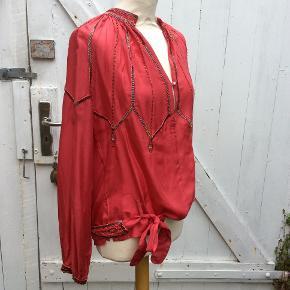 Smukkeste unika skjorte fra Munthe, 100 silke, flotteste perlebesætning, jeg har haft den på ½ time, den er som ny. Se vaskeanvisning og foto for mere info, farven er som på foto 1. Skjorten kan bruges med og uden bælte, bæltet kan evt. bruges i et par jeans, str. er en 42, og da Munte er lille str. har jeg sat str. til 40, måler ca. 56 cm hen over bryst. se foto. Prisen er ikke til forhandling, medmindre du køber flere af mine sager. 300 pp.
