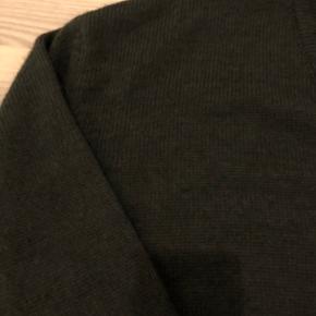 Meget fin let oversize cardigan. Super fin over kjoler og skjorter.